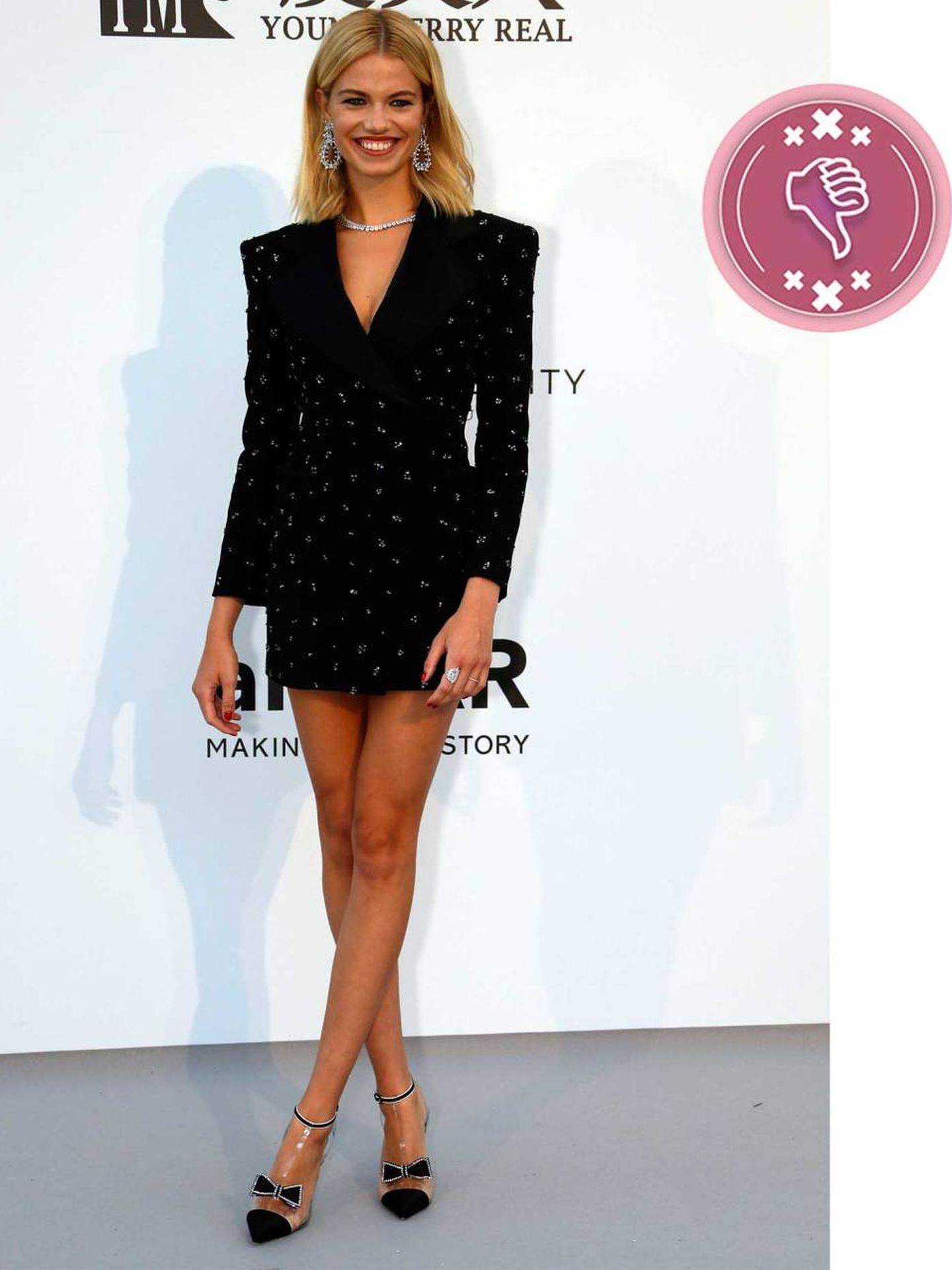 La modelo Hailey Clauson con un minivestido negro. (Reuters)