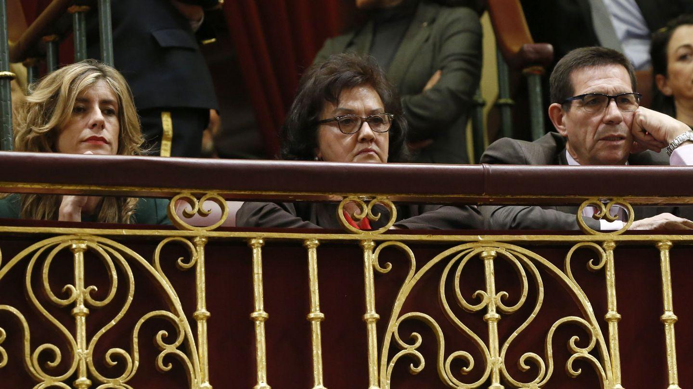 Begoña, junto a sus suegros, Pedro Sánchez y Magdalena Pérez-Castejón. (EFE)