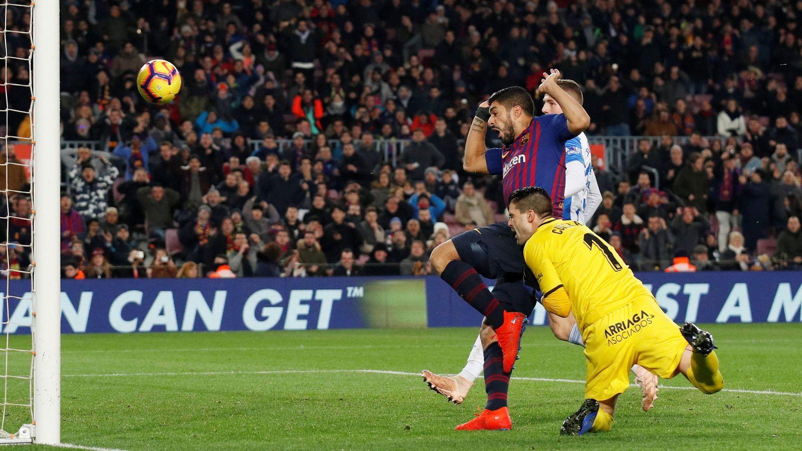 Foto: El polémico gol de Luis Suárez de este domingo. (Reuters)