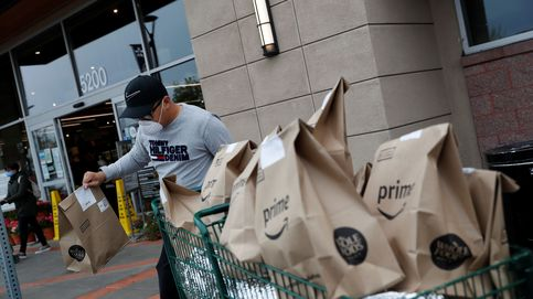 Repartidores de Amazon cuelgan móviles en árboles para conseguir más pedidos