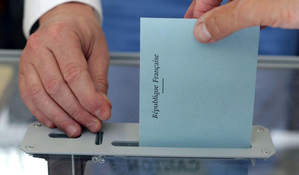 Foto: Un votante introduce la papeleta para elegir a los diputados de la Asamblea francesa durante la primera vuelta de las elecciones legislativas (Reuters)