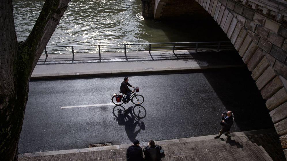 Foto: Un ciclista a la orilla del Sena, en París. (Reuters)