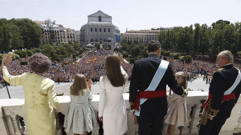 Foto: La Familia Real en el balcón del Palacio de Oriente en la proclamación de Felipe VI (Gtres)