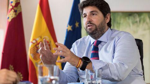 El presidente de Murcia recula: el pin es ajeno a Vox y no necesita un decreto