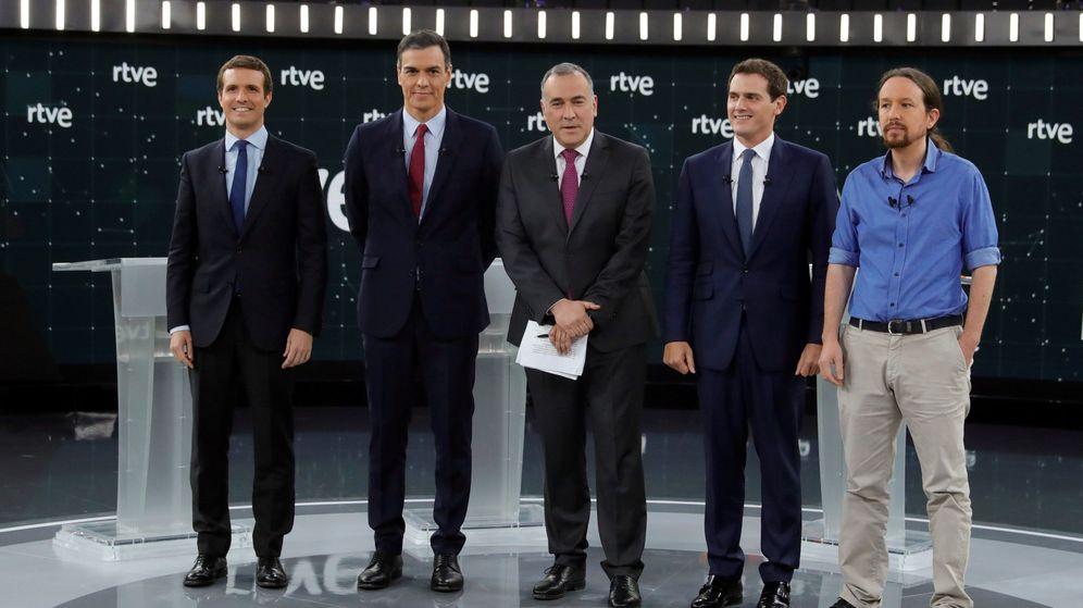 Foto: El moderador del debate, el periodista Xabier Fortes (c), junto a los participantes. (EFE)