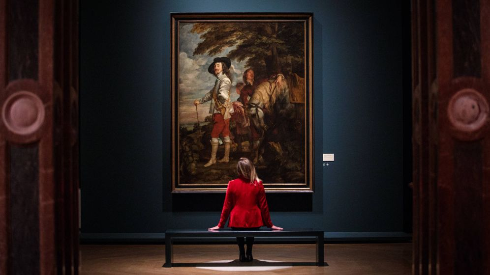 Foto: Una mujer admirando una obra de Van Dyck en la Royal Academy of Arts (Getty Images)