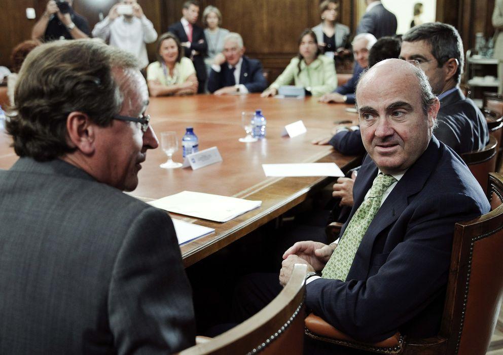 Foto: El ministro de economía, Luis De Guindos junto al portavoz popular en el Congreso Alfonso Alonso. (Efe)