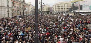 Miles de manifestantes llenan la Puerta del Sol para mostrar su repulsa hacia PSOE y PP