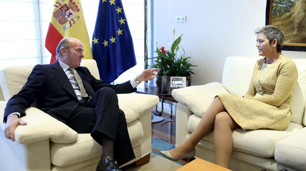 Foto: Reunión de Guindos y la comisaria europea Margrethe Vestager en mayo para tratar los DTA. (EFE)