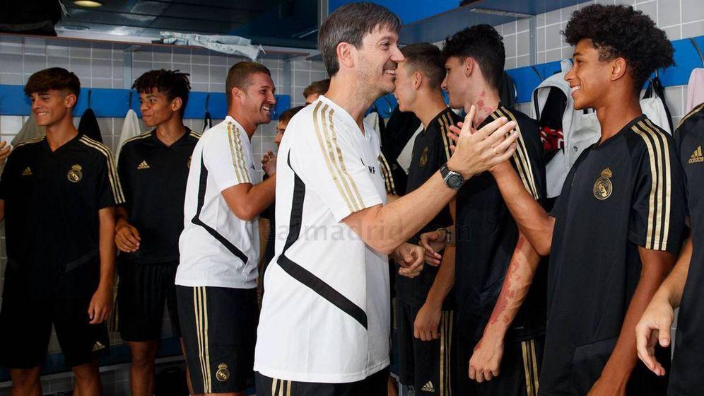 Foto: Manu Fernández saluda a sus jugadores del Juvenil del Real Madrid. (Foto Real Madrid)