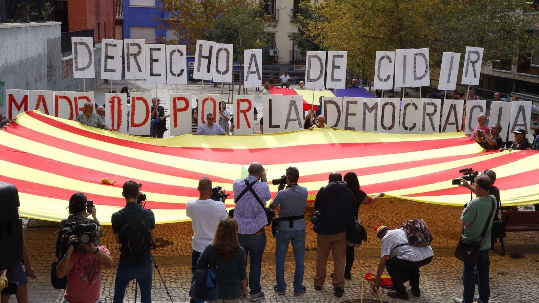 Participantes en el acto 'Madrid abraza a Cataluña'. (EFE)