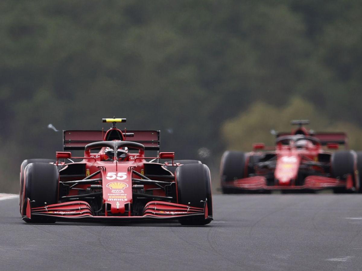 Foto: Sainz, dándole rebufo a Leclerc. (Reuters)