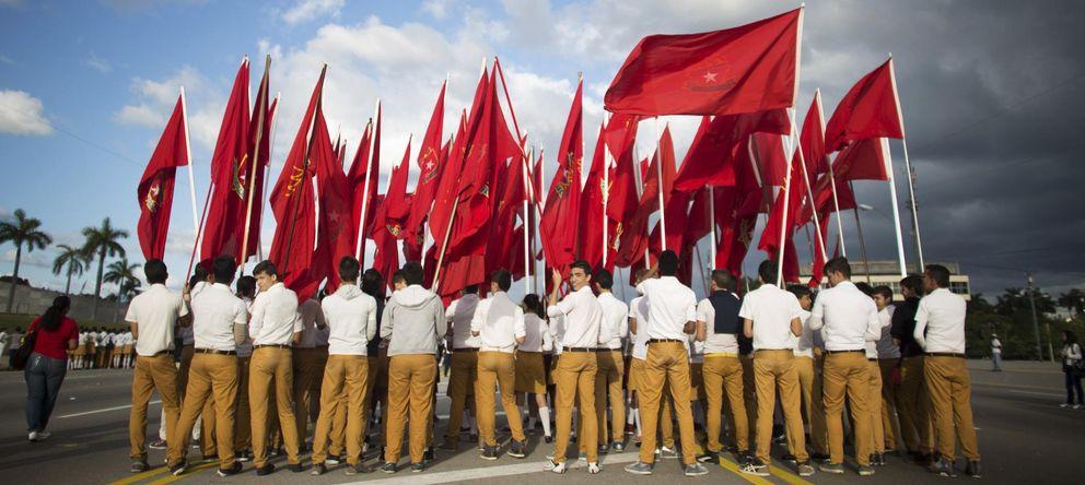 Foto: Estudiantes portan banderas de la Organización de Pioneros Jose Marti durante un acto conmemorativo en La Habana (Reuters).