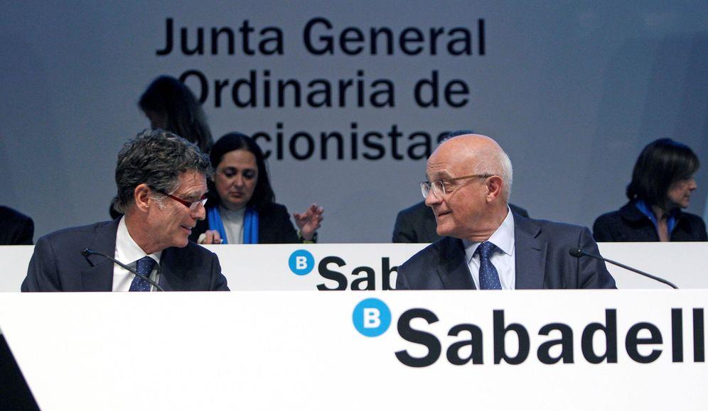 Foto: El presidente de Banco Sabadell, Josep Oliu (d), y el consejero delegado, Jaime Guardiola (i).