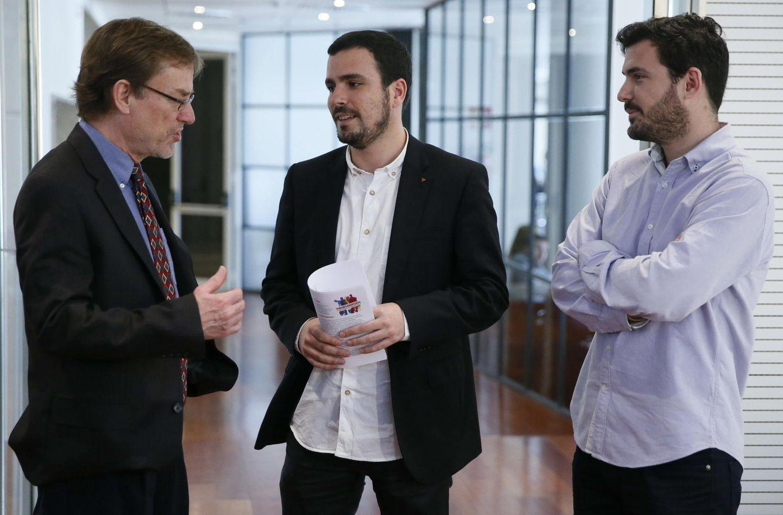 Foto: Randall Wray, creador de la Teoría Monetaria Moderna, conversa con Alberto y Eduardo Garzón. (Fernando Alvarado / Efe)