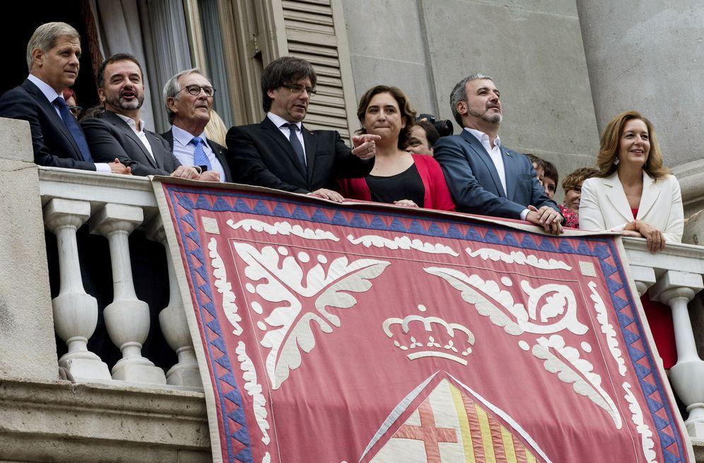 Foto: Alberto Fernández Díaz, Alfred Bosch, Xavier Trias, Carles Puigdemont, Ada Colau, Jaume Collboni y Carina Mejías, en el balcón del Ayuntamiento de Barcelona, en 2016. (EFE)