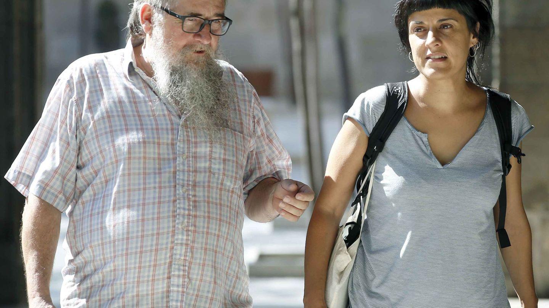 Joan Garriga charla con Anna Gabriel durante un paseo. (EFE/Andreu Dalmau)