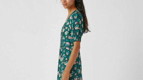 Pull and Bear nos ha enamorado con este vestido de flores ideal para llevar con botas