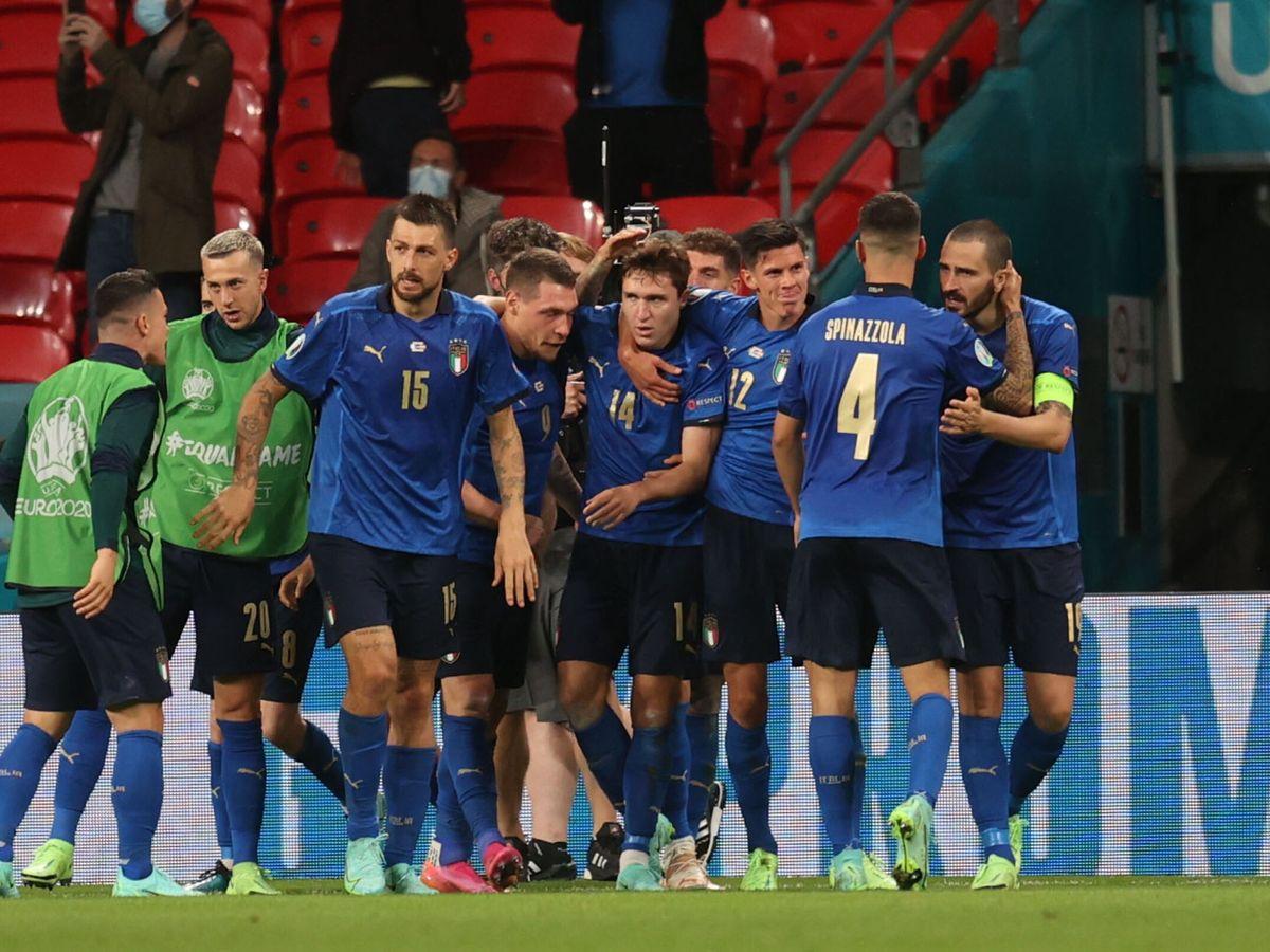 Foto: Los jugadores italianos celebran el gol de Chiesa. (Reuters)