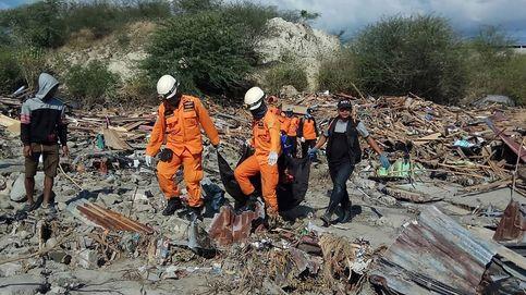 Indonesia abre fosas comunes para enterrar a las víctimas del tsunami