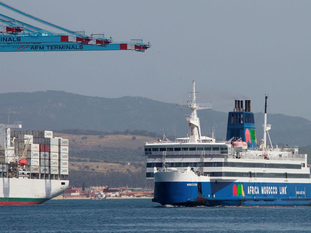 Foto: Un buque procedente de Marruecos hace entrada en el puerto de Algeciras (Cádiz) en junio de 2020. (EFE)