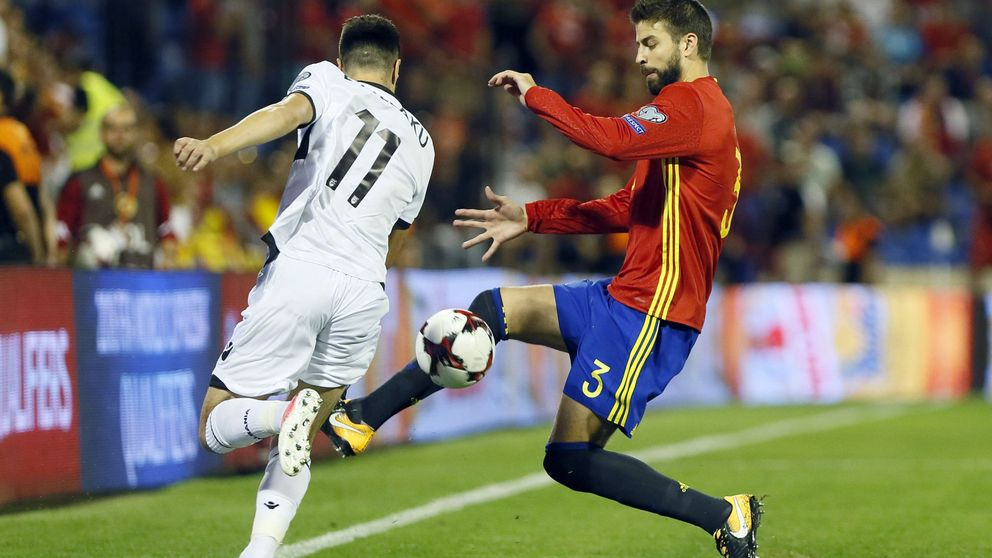Alicante cumple con el guion previsto y silba con contundencia a Piqué