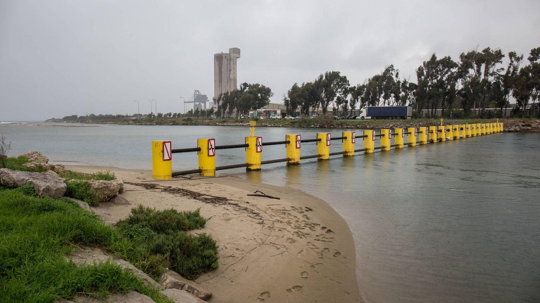 Barrera anti lanchas en la desembocadura del río Guadarranque. (D.B.)