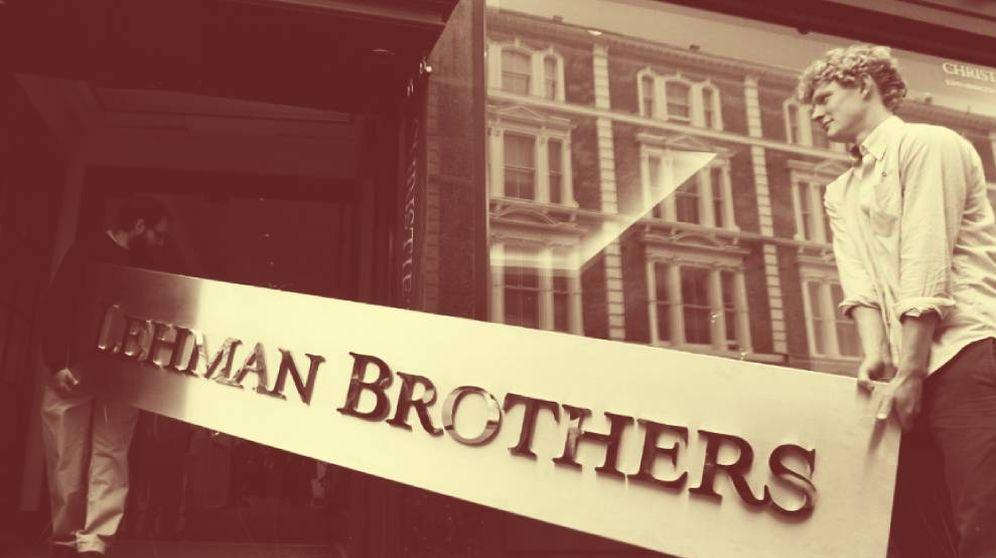 Foto: Un letrero de Lehman Brothers es llevado a una casa de subastas tras la quiebra del banco en 2008. (Reuters)