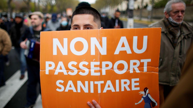 Foto: Protestas contra el pasaporte sanitario en París. (Reuters)