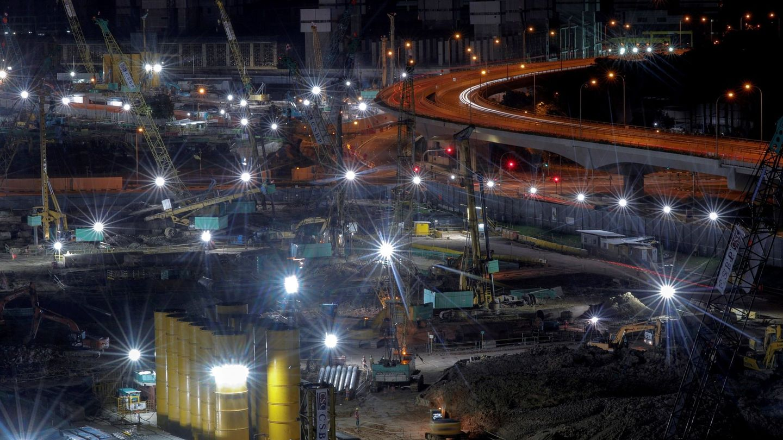 Vista de una obra completamente iluminada en una calle en Singapur, una de las ciudades del mundo con más problemas de contaminación lumínica del mundo. (EFE)