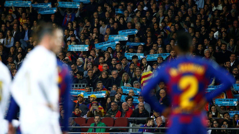 Aficionados con pancartas de 'Tsunami Democràtic' durante el Barcelona-Real Madrid. (EFE)