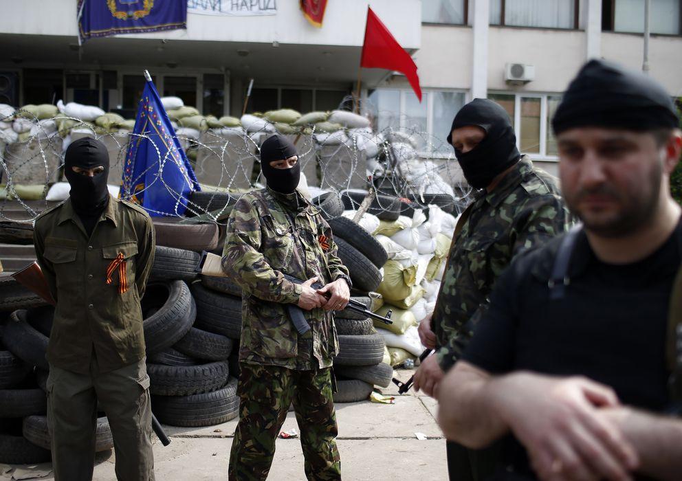 Foto: Milicianos prorrusos armados a las puertas del ayuntamiento de la ciudad de Mariupol, en el este de Ucrania. (Reuters)
