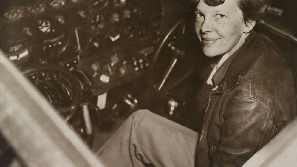 Foto: La aviadora, en la cabina de su avión en 1936. (Cordon Press)