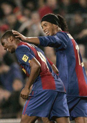 Ronaldinho defienden a su compañero Eto'o