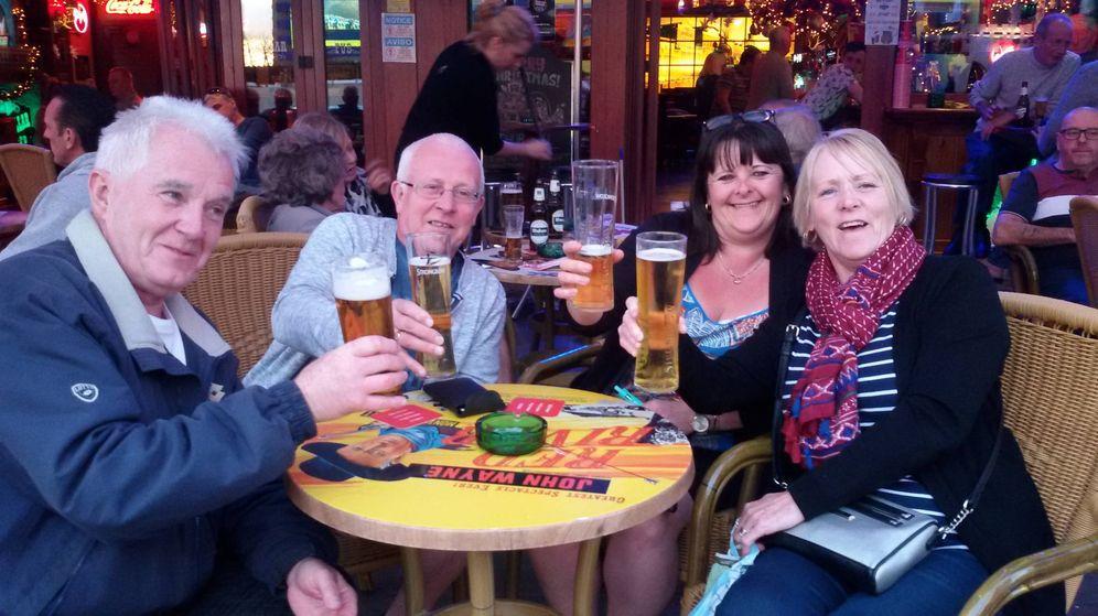 Foto: Un grupo de turistas británicos toma una cerveza en una terraza de Benidorm este pasado 28 de diciembre. (V. R.)