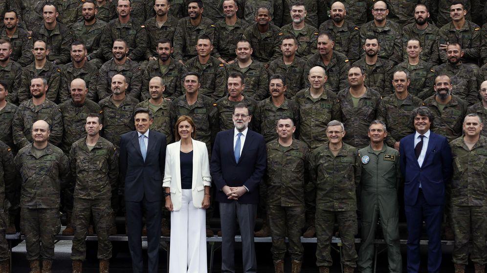 Foto: El presidente del Gobierno, Mariano Rajoy,acompañado de la ministra de Defensa, María Dolores de Cospedal. (EFE)