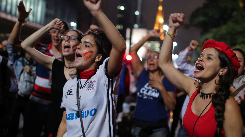 Foto: Un grupo de brasileñas protesta contra el 'impeachment' a la presidenta Dilma Rousseff, en Brasilia. (Reuters).