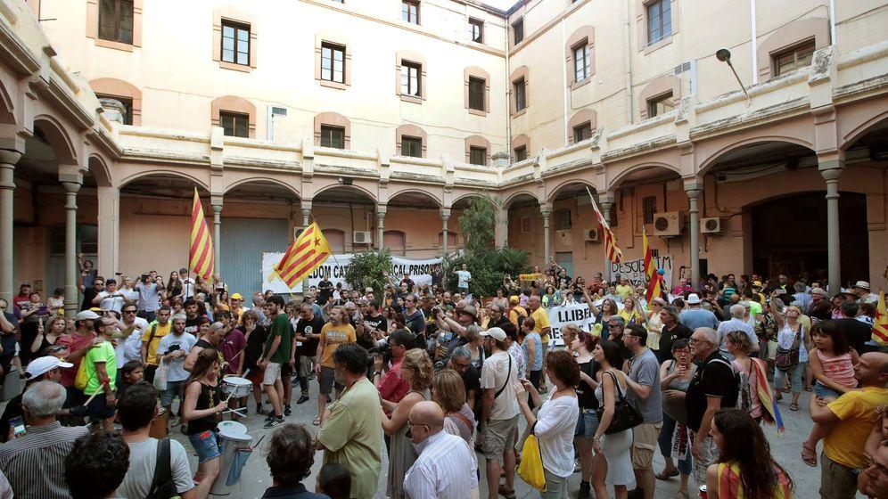 Foto: Activistas de los CDR ocupan La Modelo de Barcelona simulando toma de la Bastilla. (EFE)