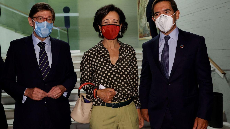 Foto: El presidente de CaixaBank, J. I. Goirigolzarri (i), la presidenta de Banco Santander, A. Botín (c), y el presidente del BBVA, C.Torres (d). (EFE)