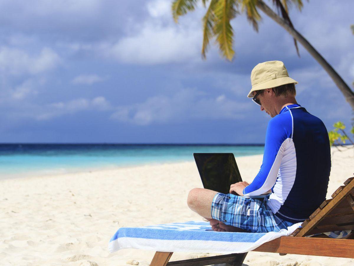 Foto: Llevarse el portátil del trabajo en vacaciones no es una buena idea. (iStock)
