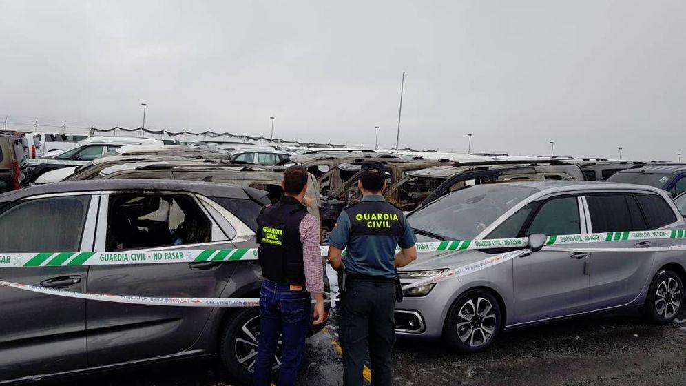 Foto: Guardia Civil en el incendio del Puerto de Vigo. (Guardia Civil)