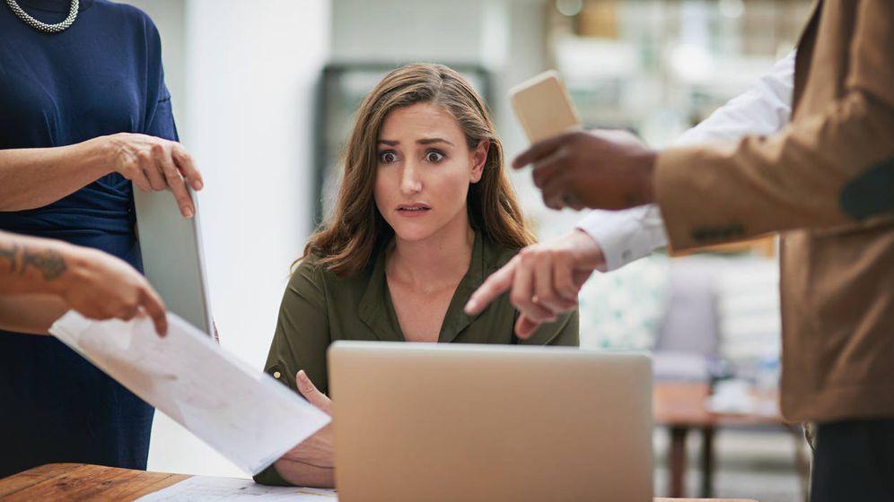 Foto: Una mujer muy estresada en el trabajo. (iStock)
