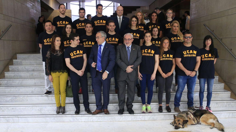 Alejandro Blanco, con los deportistas becados por la UCAM.