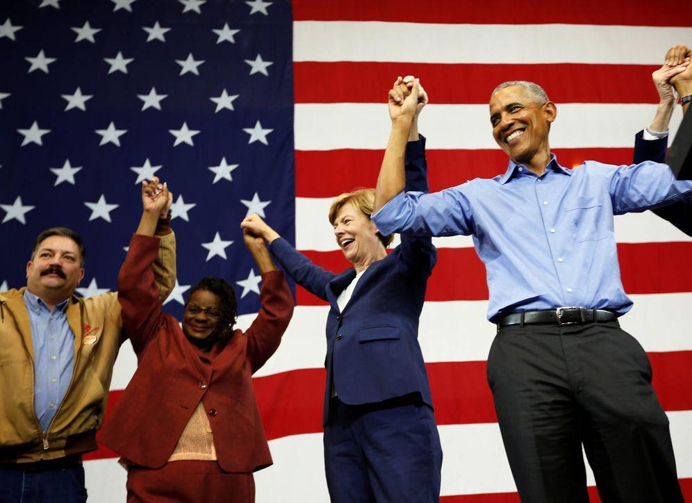 Foto: El expresidente Barack Obama anima al público durante un acto de campaña de candidatos demócratas en Wisconsin. (Reuters)