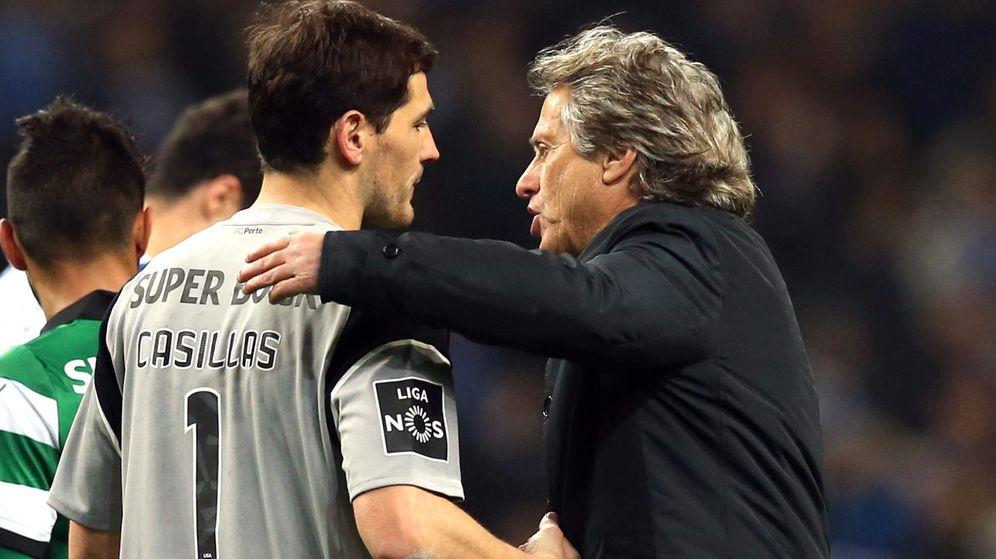 Foto: El técnico del Sporting de Portugal, Jorge Jesús, felicita a Casillas después del partido disputado en Do Dragao. (EFE)