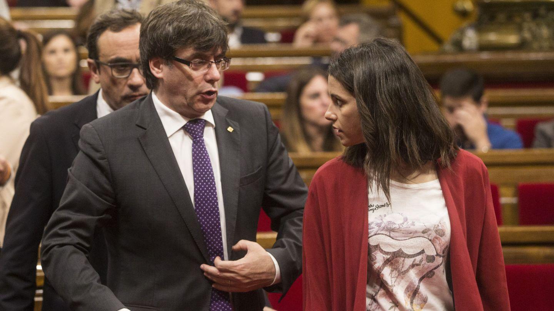 El expresidente de la Generalitat Carles Puigdemont junto a Inés Arrimadas. (EFE)