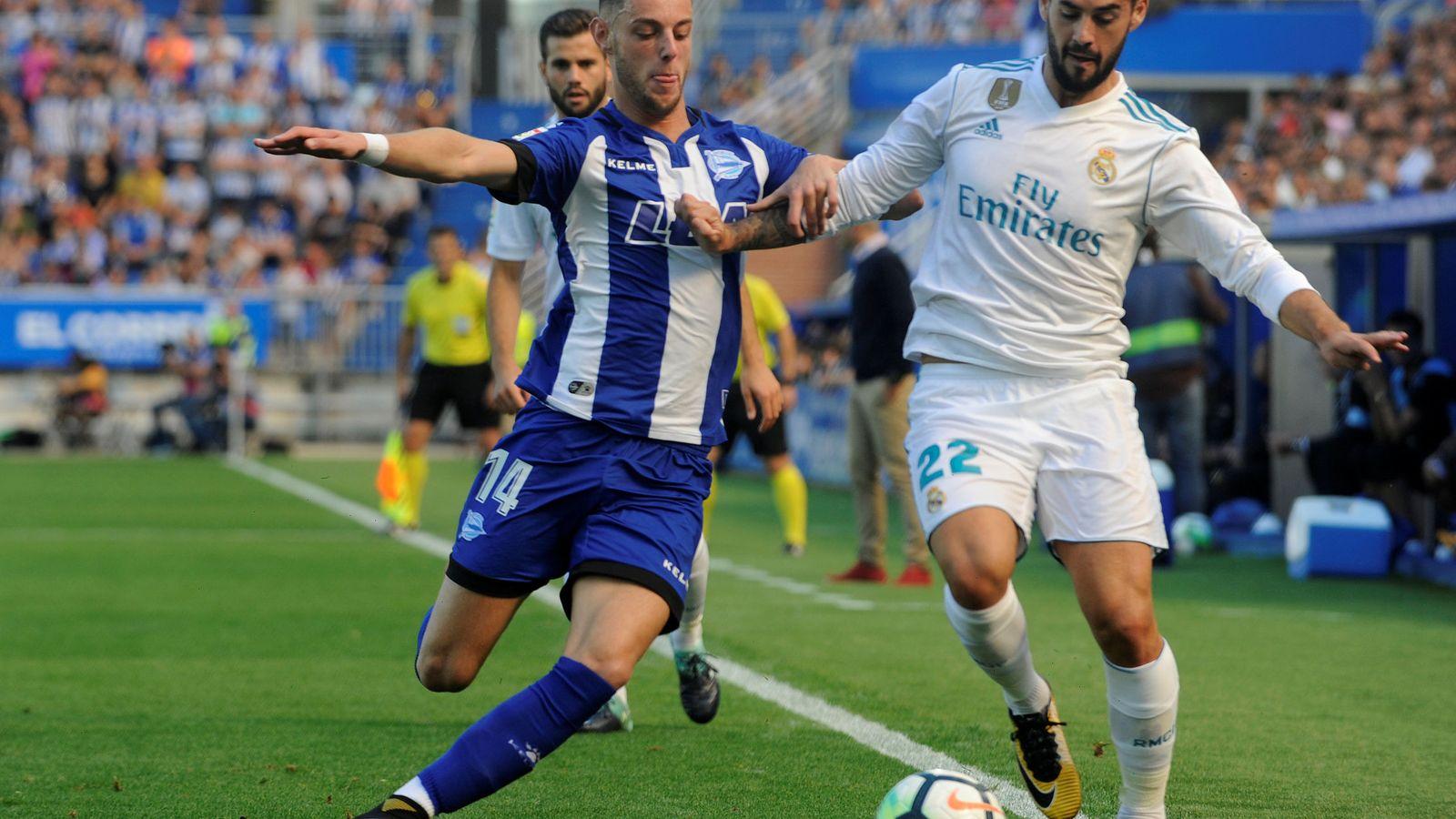 Foto: Burgui, junto a Isco, durante el Alavés-Real Madrid. (Reuters)