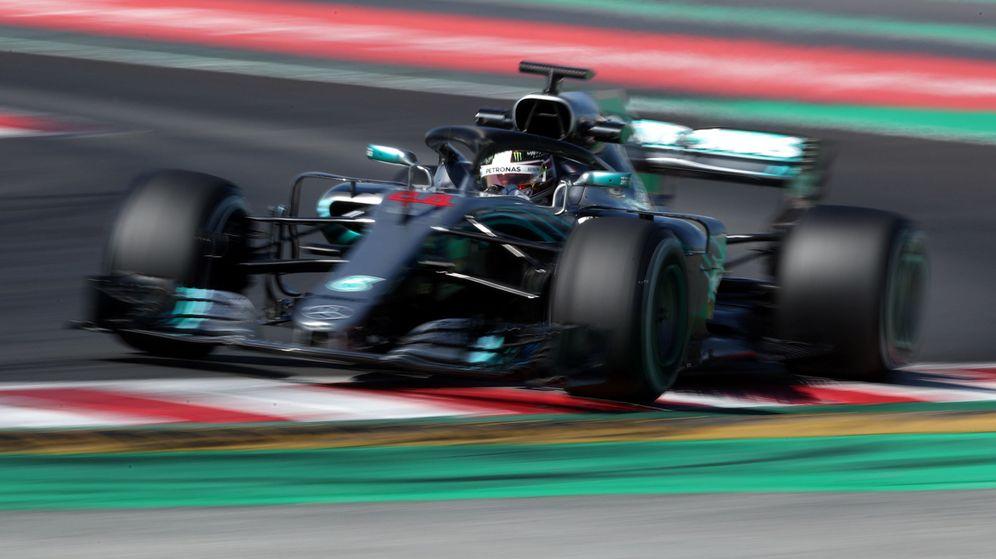 Foto: Lewis Hamilton, al volante del Mercedes en los test invernales. (REUTERS)
