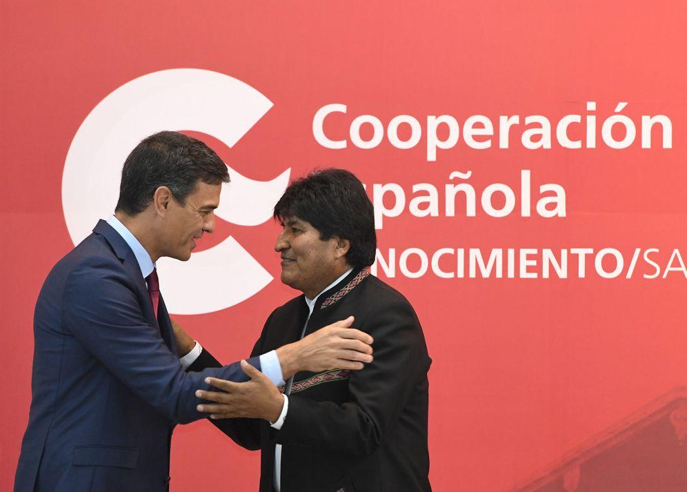Foto: Pedro Sánchez abraza al presidente boliviano, Evo Morales, el pasado 29 de agosto en Santa Cruz de la Sierra. (Reuters)