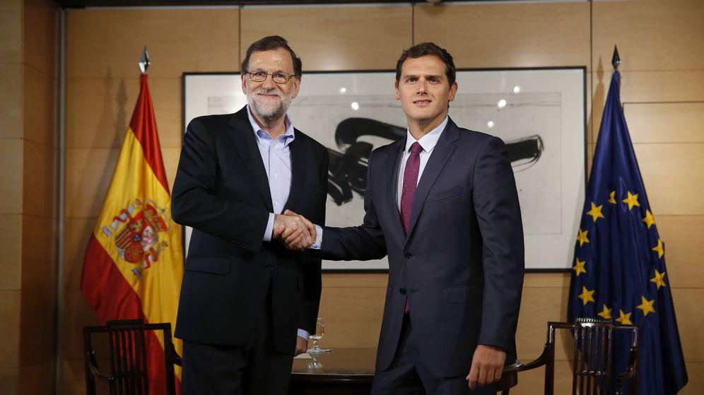Foto: Rajoy, durante la reunión con Albert Rivera en la que se fija fecha de investidura y se acepta firmar el Pacto Anticorrupción (EFE).